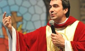 Missa com padre Fábio de Melo atrai fiéis até comunidade em São Paulo