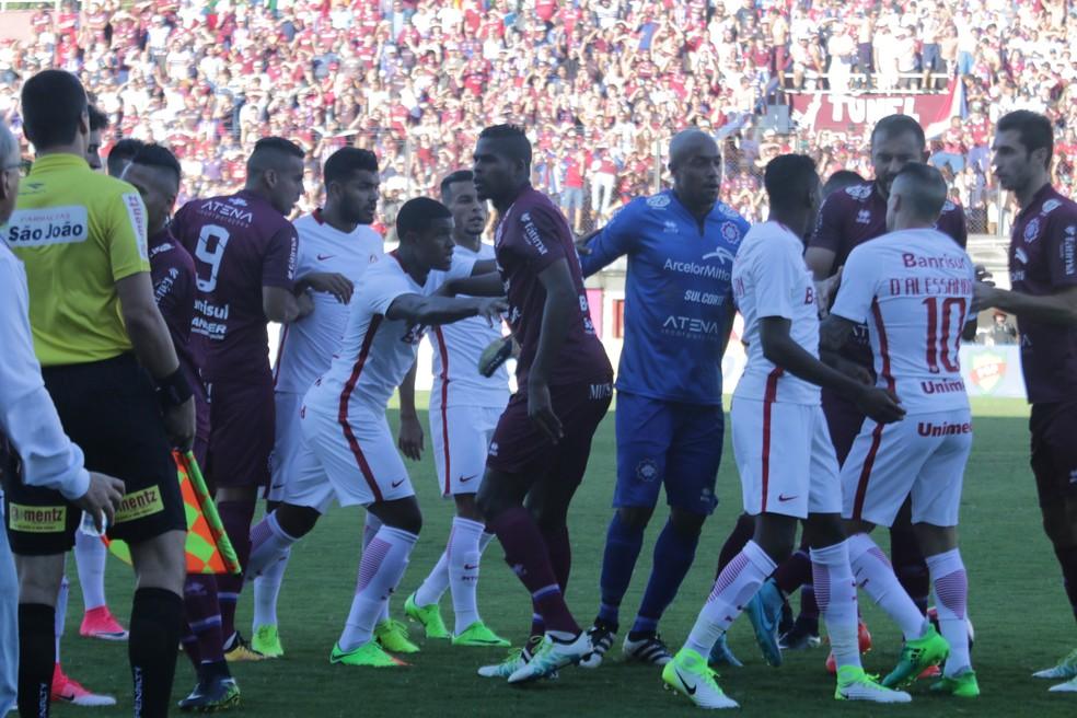 Caxias x Inter teve inúmeros trocas de empurrões  (Foto: Diego Guichard / GloboEsporte.com)