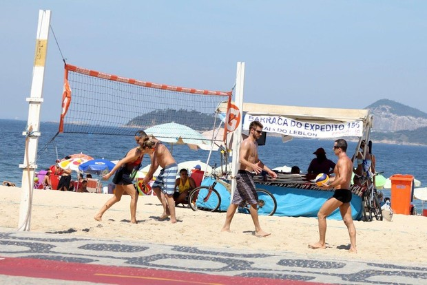 Fernanda Lima e Rodrigo Hilbert jogando volei na praia (Foto: JC Pereira/ Ag. News)
