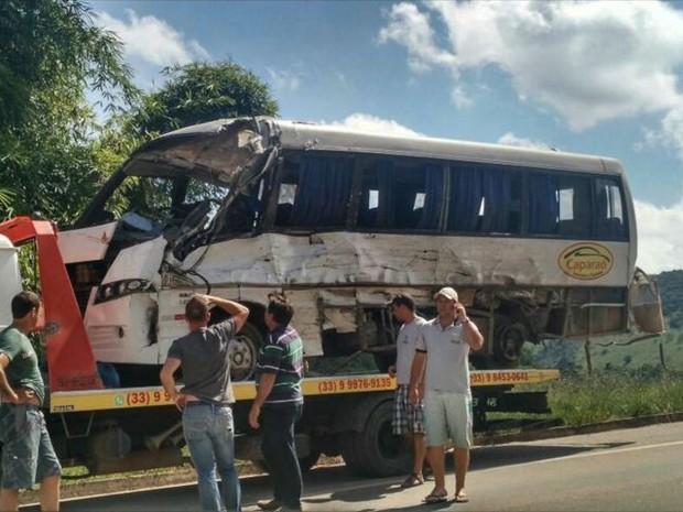 Micro-ônibus envolvido em acidente com pacientas do Espírito Santo que fariam hemodiálise em Minas Gerais (Foto: Reprodução/ TV Gazeta)