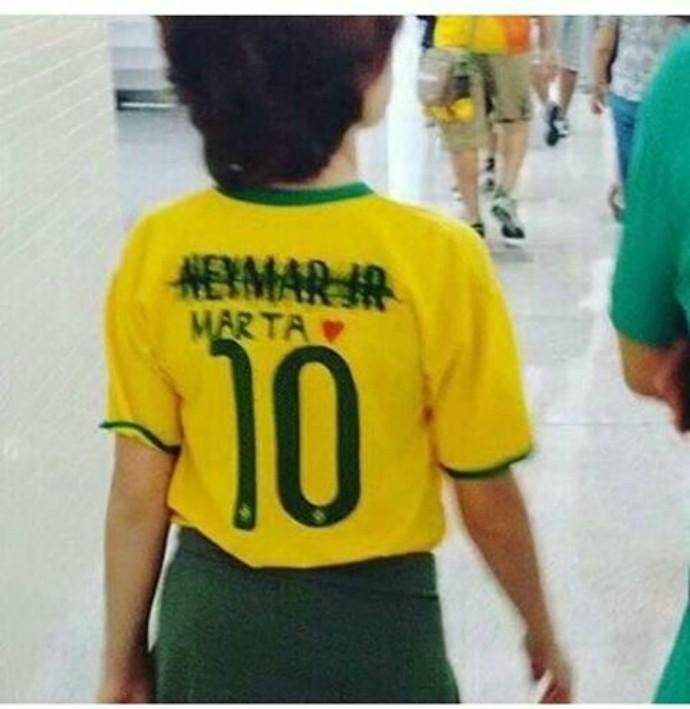 c770c7f1ee Menino troca nome de Neymar por Marta em camisa da seleção e ...
