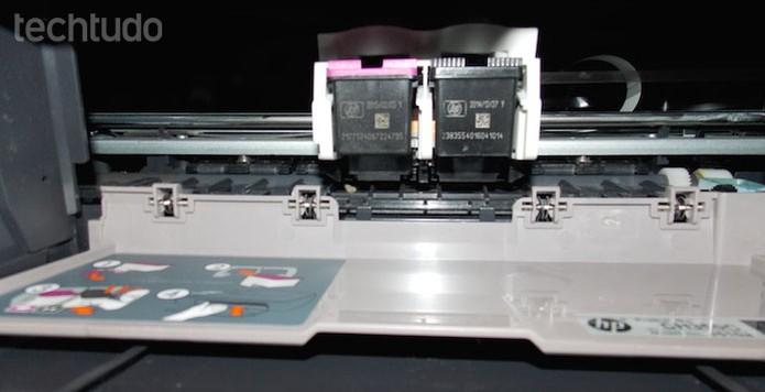 Carro do cartucho de impressão no centro do eixo  (Foto: Edivaldo Brito/TechTudo)