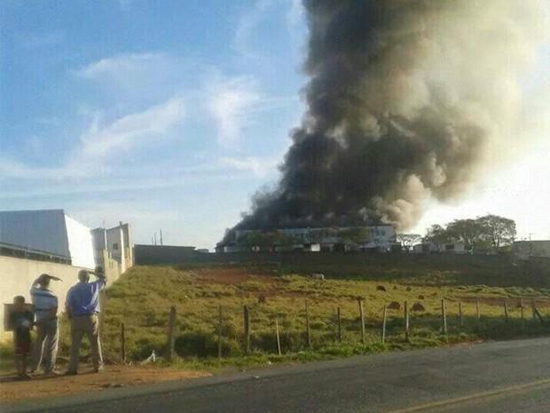 Incêndio atingiu centro de distribuições de rede de supermercado em Lavras (Foto: Corpo de Bombeiros)