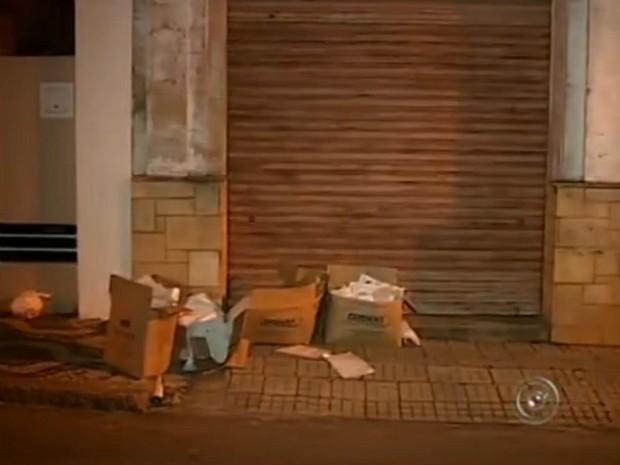 Cajas fueron dejados en la acera de la calle cruzados (Foto: Reproducción / TV TEM)