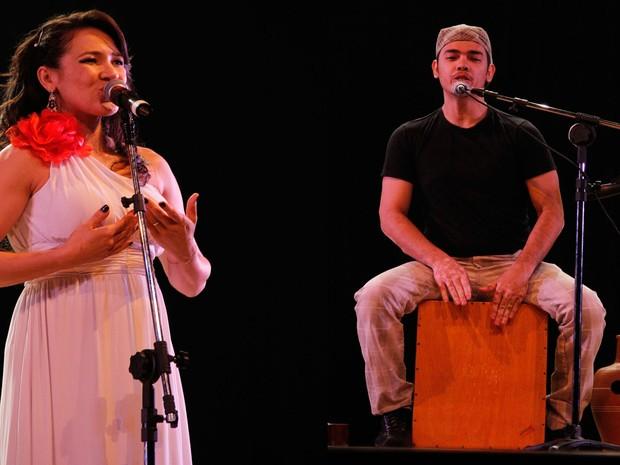 Eugênio Cruz e Fabiana Santiago no palco do Teatro Dona Amélia na apresentação que deu origem ao espetáculo Da ilha para Cá. (Foto: Ivan Cruz/ Arquivo pessoal)