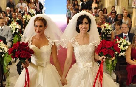 A inseparáveis Fátima (Fernanda Torres) e Sueli (Andrea Beltrão) oficializaram a relação tumultuada com Armane (Vladimir Brichta) e Jorge (Fábio Assunção) num casamento duplo TV Globo