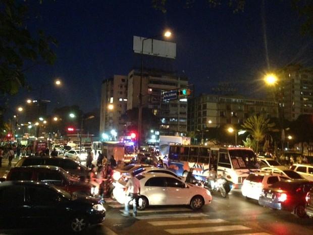 Ruas de Caracas estão tomadas por véiculos na noite desta terça-feira (5) (Foto: Leo Campos)