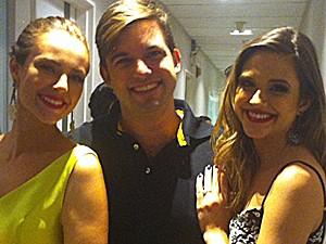 Juliana Paiva e Paolla Oliveira registram momento com Átila (Foto: Gshow)
