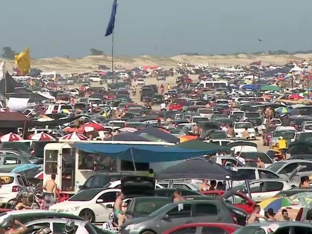 Na Praia do Cassino, é comum os carros estacionarem na faixa de areia (Foto: Reprodução/RBS TV)