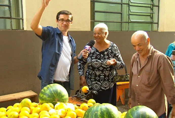 Marcão bateu um papo com o famoso feirante e os clientes da feira (Foto: Reprodução / TV TEM)