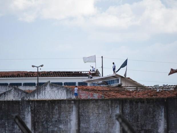 Mais uma vez, presos de Alcaçuz amanheceram sobre os telhados da unidade (Foto: Fred Carvalho/G1)