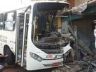 Ônibus tem frente destruída ao tentar evitar colisão e invadir loja em Macapá
