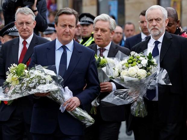 Premiê britânico, David Cameron, e parlamentares participam de homenagem à Jo Cox, na Inglaterra (Foto: Craig Brough/ Reuters)