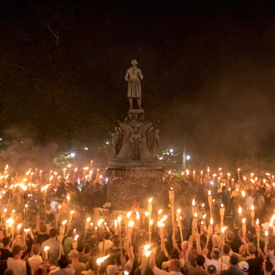 Extremistas de direita em torno da estátua do General Lee (Foto: Edu Bayer/The New York Times)