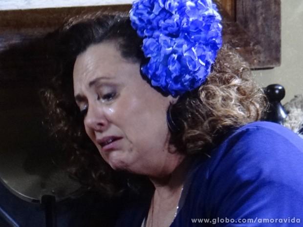 Momentos depois, ela chora sozinha, arrependida de tê-lo mandado embora (Foto: Amor à Vida / TV Globo)