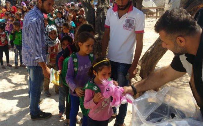 Rami Adham entregando brinquedos em campo de refugiados (Foto: Arquivo pessoal)