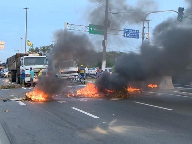 Moradores fecham avenida Carlos Lindenberg em protesto (Foto: Reprodução/ TV Gazeta)