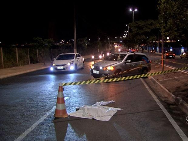 Polícia busca imagens para localizar mãe de bebê jogado em avenida