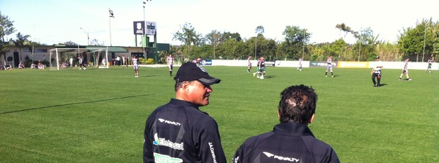 Técnico Márcio Goiano, do Figueirense, observa coletivo entre reservas e juniores (Foto: Renan Koerick / GLOBOESPORTE.COM)