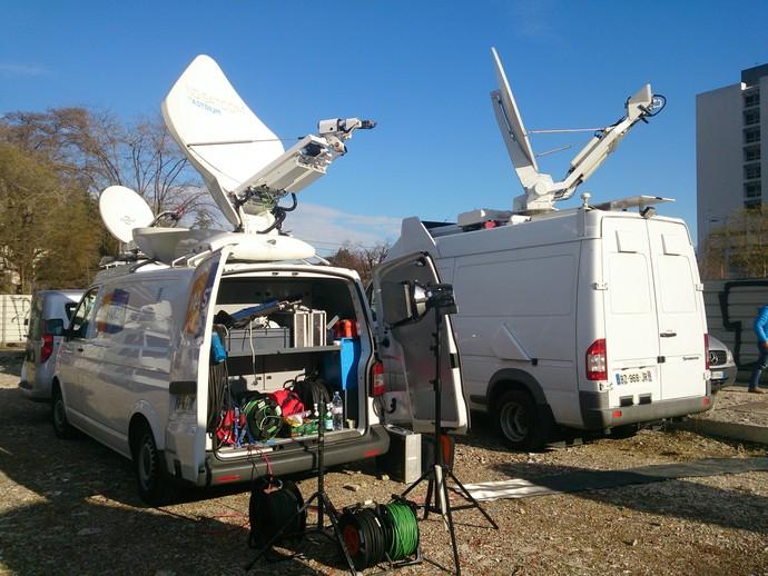 Alguns carros de transmissão de sinal de TV ainda permaneciam no local (Foto: Felipe Siqueira)