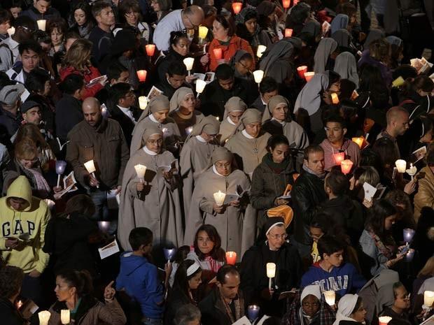 A celebração desta Sexta-Feira Santa (18) foi realizada pelo Papa Francisco em frente ao Coliseu, em Roma (Foto: REUTERS/Max Rossi)