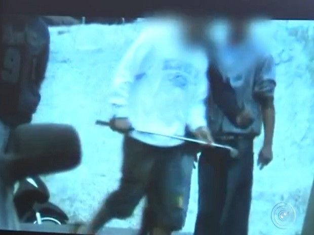 Comprador troca um taco de golfe por entorpecentes (Foto: Reprodução TV TEM)