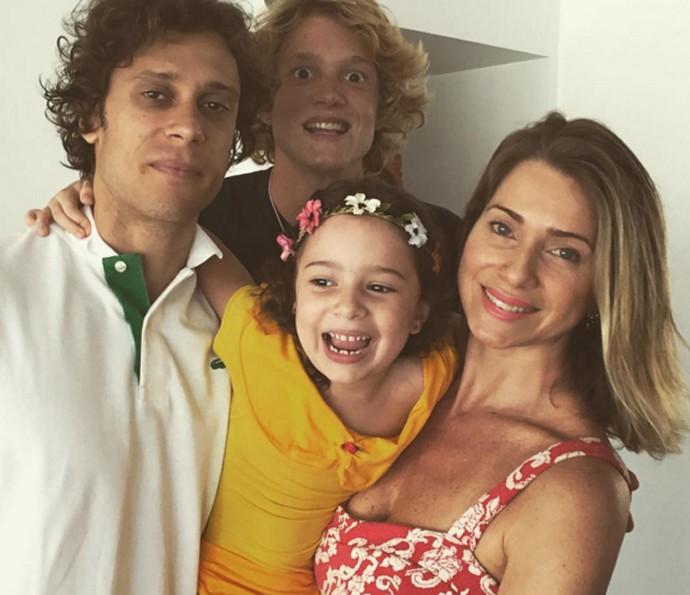 Letícia Spiller em foto íntima com a família  (Foto: Arquivo pessoal)