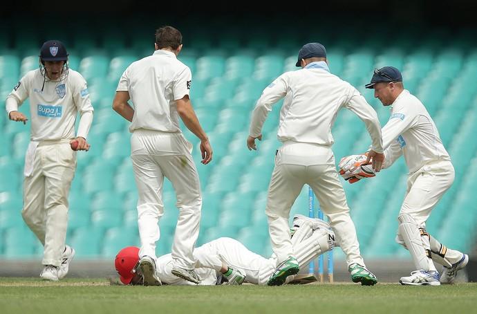 Phil Hughes, leva bolada no rosto críquete (Foto: Mark Metcalfe / Getty Images)