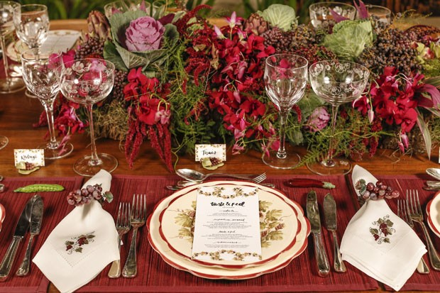 Mesa de jantar decorada com vermelho, por Vamos Receber (Foto: Julio Acevedo)
