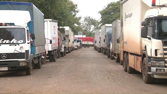 Operação-padrão causa fila de cerca de mil caminhões no Porto Seco