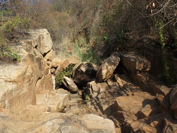 Nascente do rio Mossoró secou, fez cachoeira desaparecer e turistas desaparecerem  (Foto: Anderson Barbosa/G1)