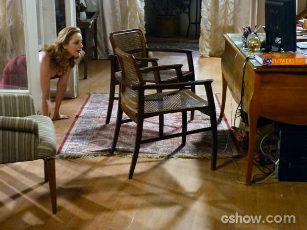 Hernandez fica assustado com a reação da loira que acaba se escondendo embaixo da mesa  (Foto: Malhação / TV Globo)