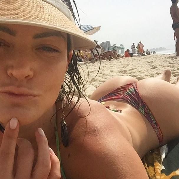 Laura Keller aproveita o primeiro fim de semana casada na praia