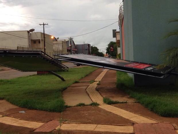 Placas de propaganda chegaram a entortar com os fortes ventos (Foto: Jaqueline Fonseca/TV Rondônia)