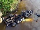 Carreta cai em rio e fica submersa em MG; Bombeiros procuram motorista