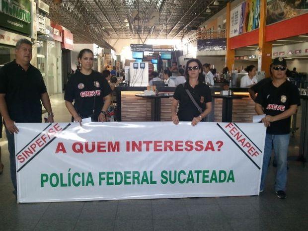 Policiais Federais realizam manifestação no aeroporto Santa Maria em Aracaju (Foto: Flávio Antunes/G1 SE)