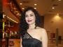 Letícia Sabatella usa vestido com transparência em pré-estreia em SP