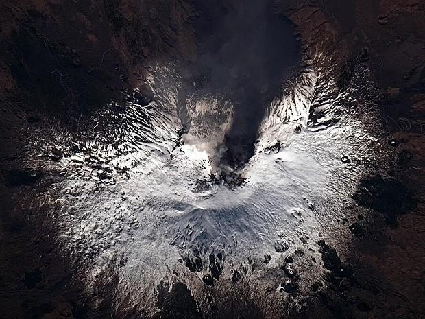 Monte Etna, na Itália, é visto em erupção e coberto de neve (Foto: Chris Hadfield/Nasa)