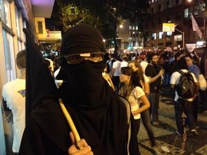 Só de preto e de cara escondida, Ian protesta com anarquia (Foto: Luís Bulcão/G1)