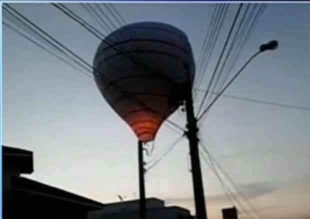 Balão ficou enroscado na fiação elétrica de um condomínio residencial em Jundiaí (SP) (Foto: Guarda Civil Municipal)