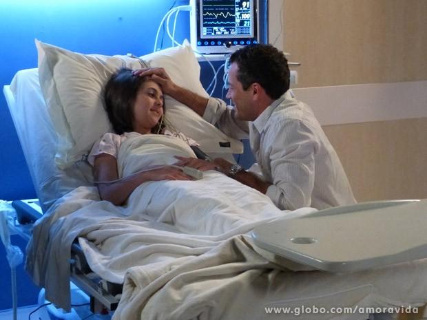 Sem saber de nada, Paulinha diz para Bruno beijar Paloma (Foto: Amor à Vida / TV Globo)