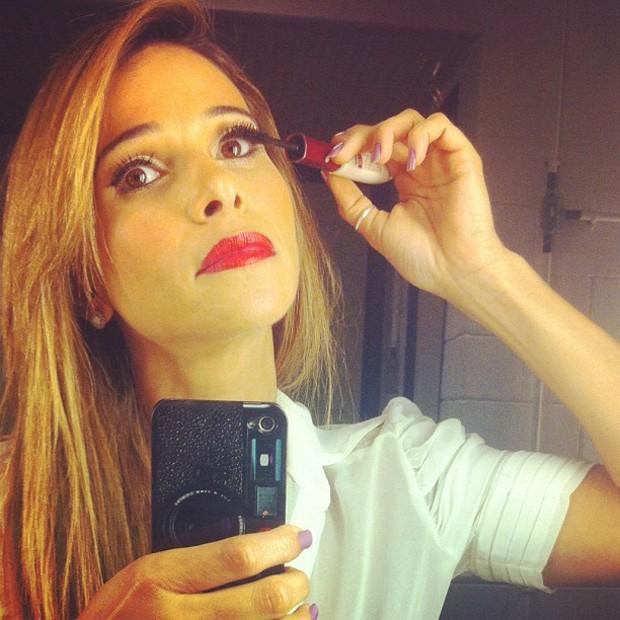 Dany Bananinha faz sua maquiagem (Foto: Reprodução)