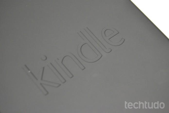 Na traseira, apenas o logotipo Kindle em baixo relevo (Foto: Stella Dauer)
