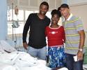 Fábio Júnior e jogadores do Coelho visitam crianças em hospital de BH