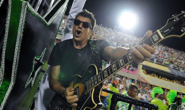 Evandro Mesquita se uniu aos sambistas e empunhou guitarra presente no samba (Foto: Alexandre Durão/G1)