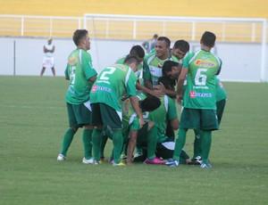 Jogadores do Paragominas comemoram gol no estádio Florestão (Foto: João Paulo Maia)