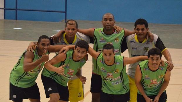 Festa da equipe que venceu o recreativo no treino de Glória (Foto: João Áquila/GLOBOESPORTE.COM)
