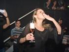 Ex-BBB Ana Paula se diverte de champanhe na mão no Recife