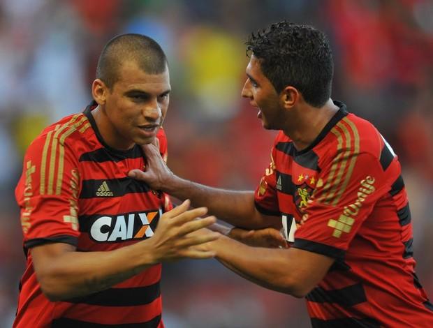 Neto Baiano e Danilo comemoram gol na Ilha do Retiro contra o Criciúma (Foto: Aldo Carneiro (GloboEsporte.com/Pernambuco Press))