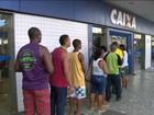 Brasileiros aproveitam dia de folga para sacar as contas inativas do FGTS